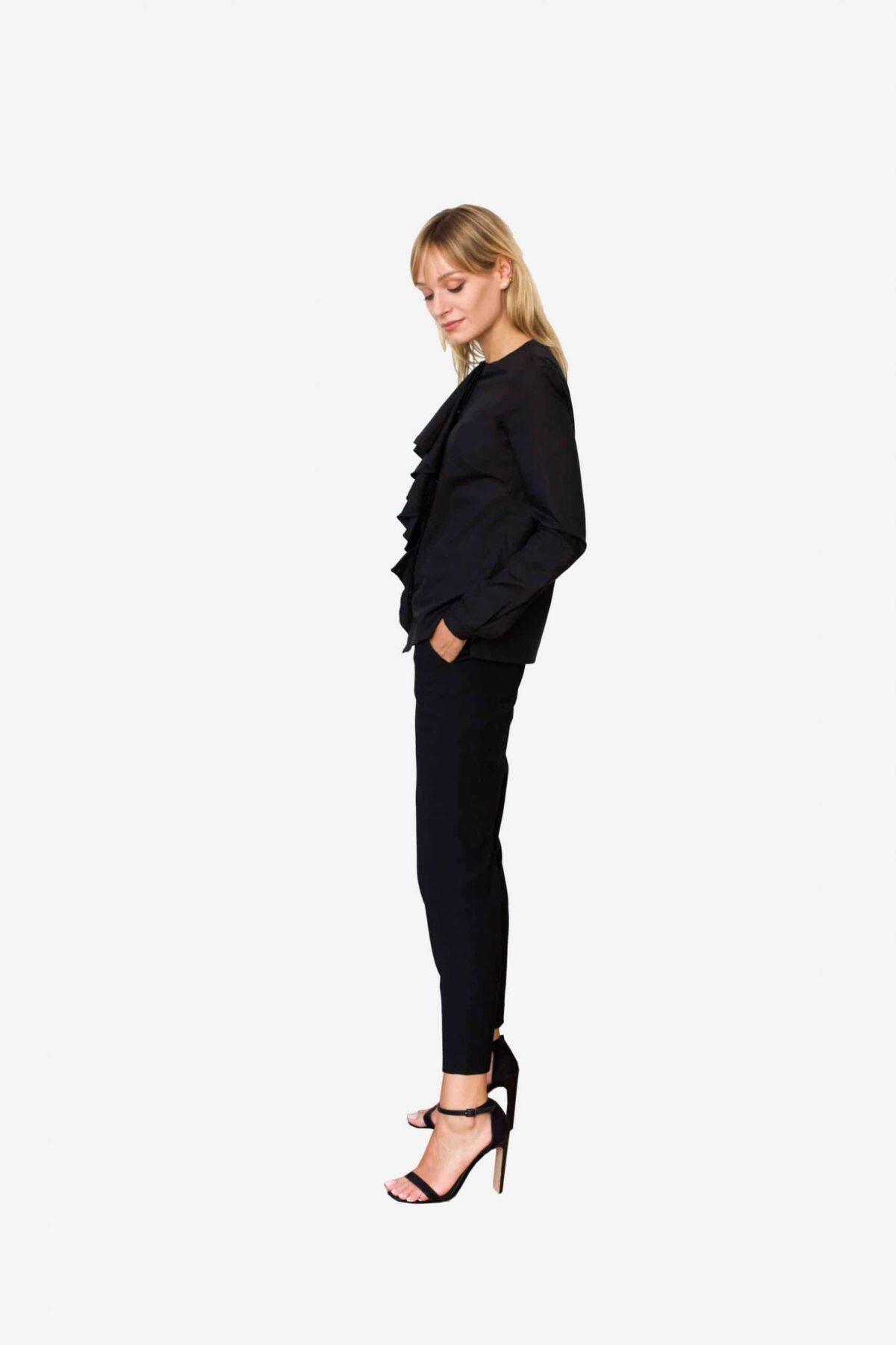 Bluse Abigail von SANOGE. Schwarze Business Bluse mit Volant Ausschnitt. Jabot kragen. Elegant. Nachhaltig. Hergestellt in Deutschland.