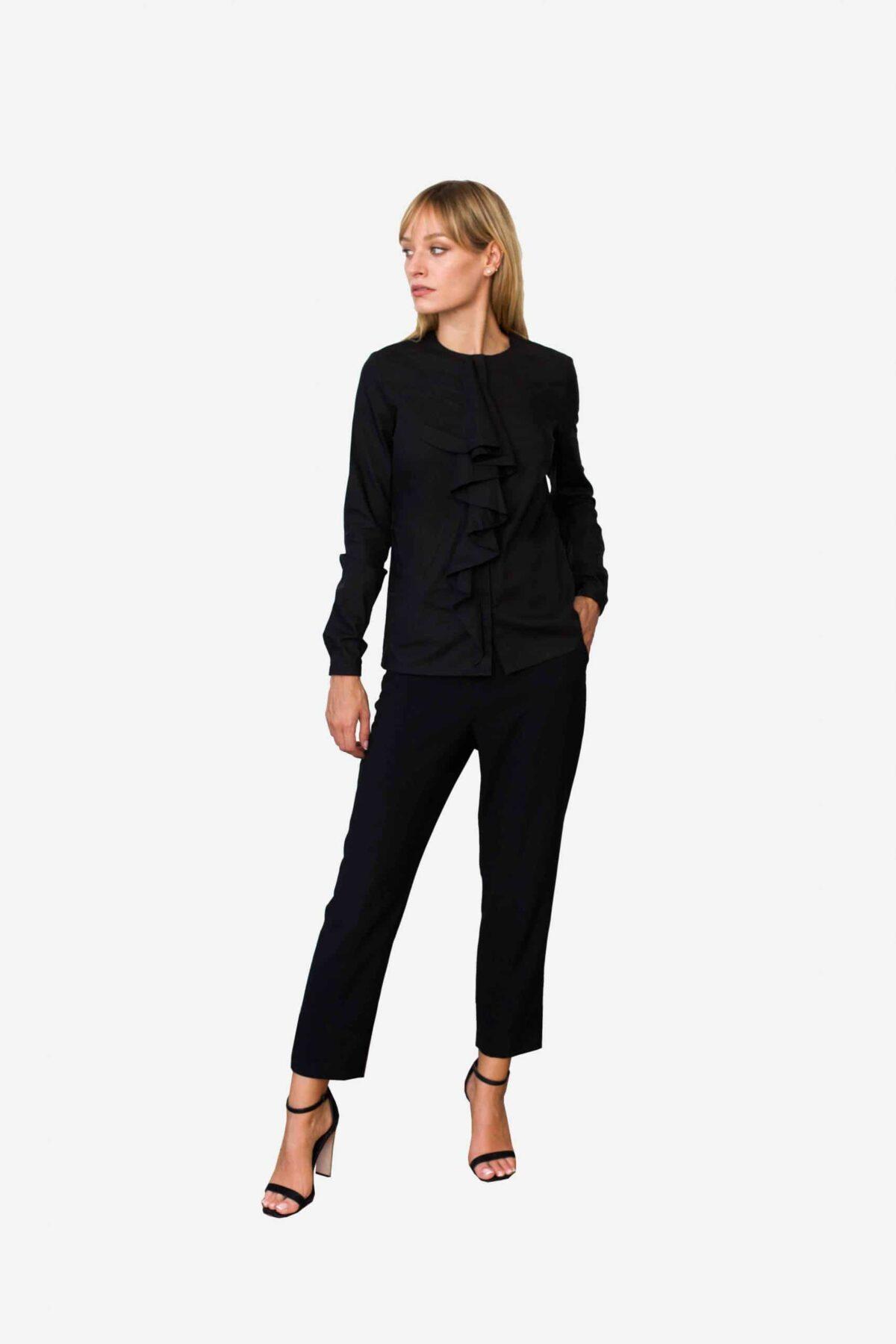 Bluse Abigail von SANOGE. Schwarze Business Bluse mit Volant Ausschnitt. Jabot kragen. Elegant. Nachhaltig und pflegeleicht.