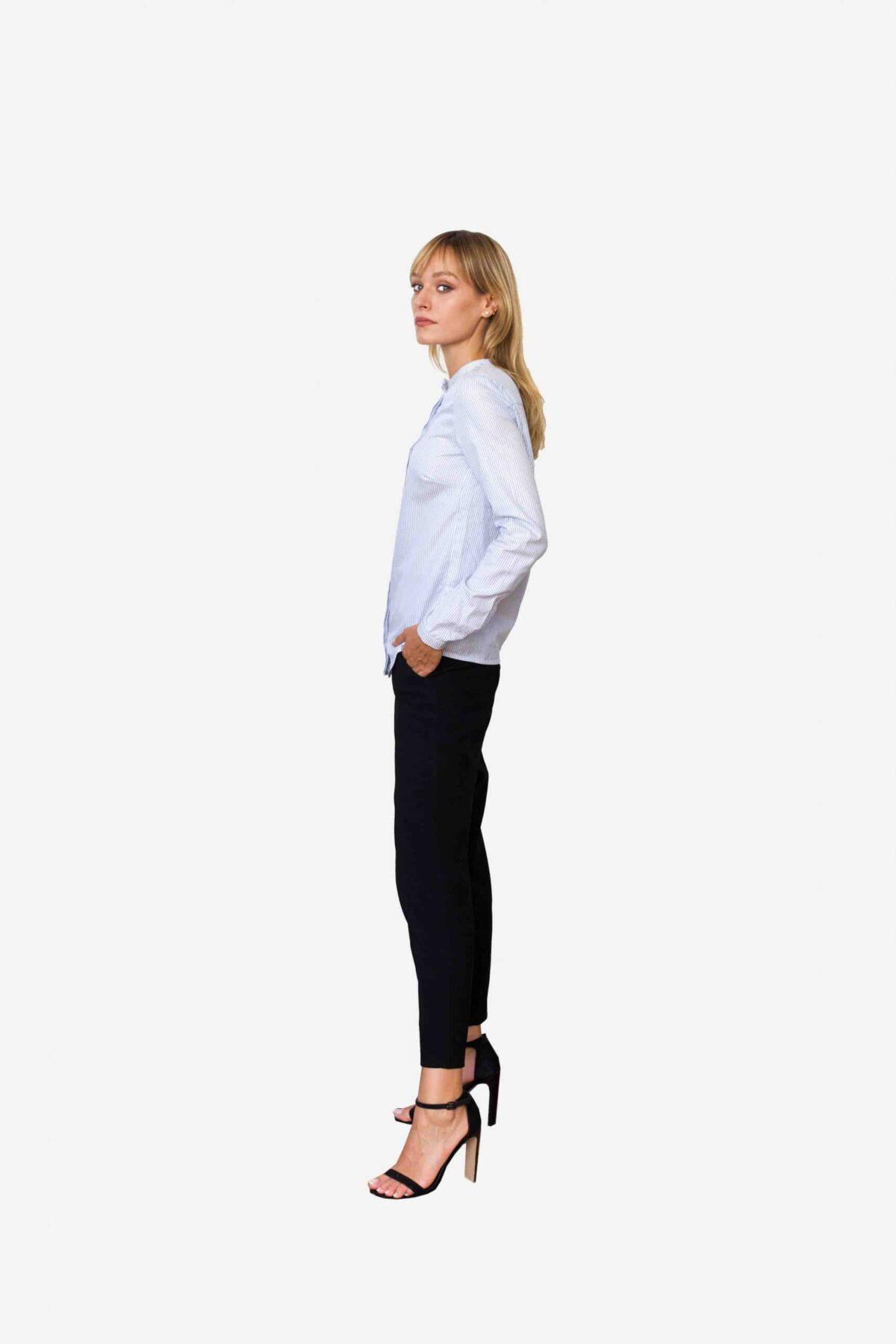 Bluse Estelle von SANOGE. Blau weiß gestreifte Business Bluse mit schmalem Stehkragen. Slim Fit.