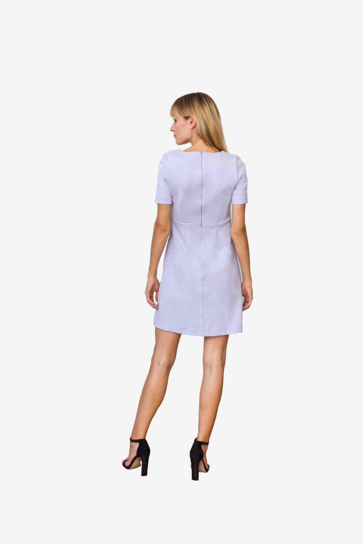 Kleid Audrey von SANOGE. Kurzes Etuikleid mit Abnähern in Flieder lila blau. Aus Premium Jersey. Kurz. Mit Kurzarm. Hergestellt in Deutschland.