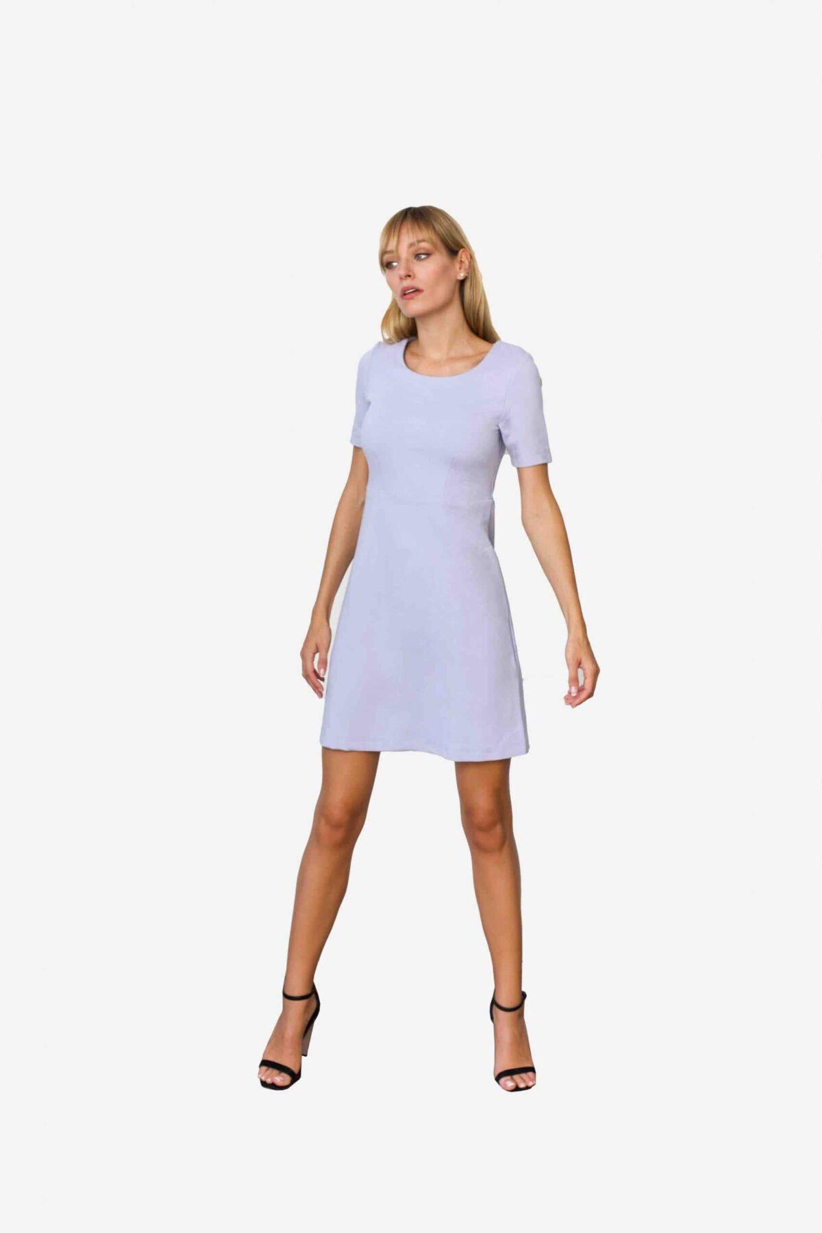 Kleid Audrey von SANOGE. Kurzes Etuikleid mit Abnähern in Flieder lila blau. Aus Premium Jersey.