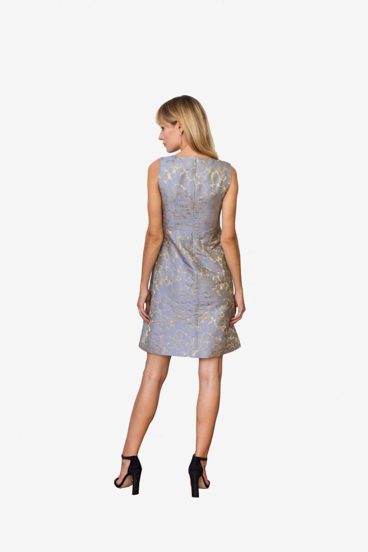 Kleid Madeleine von SANOGE. Elegantes Etuikleid aus Jacquard Stoff in blau und gold. Nachhaltige Mode.