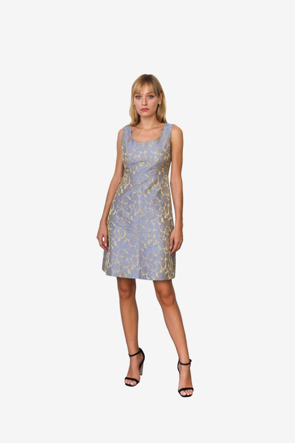 Kleid Madeleine von SANOGE. Elegantes Etuikleid aus Jacquard Stoff in blau und gold. Slim Fit. Hergestellt in Deutschland.