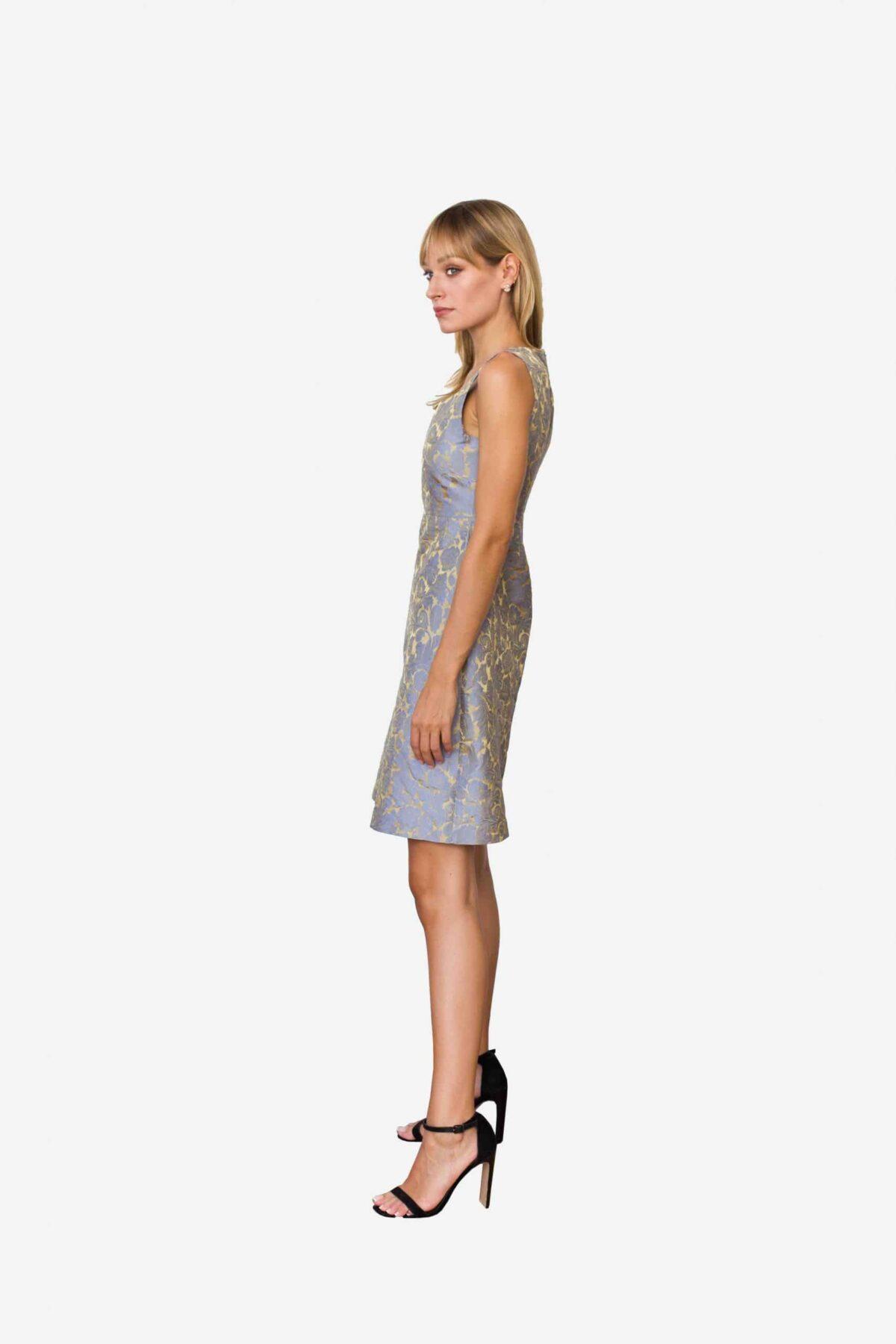 Kleid Madeleine von SANOGE. Elegantes Etuikleid aus Jacquard Stoff in blau und gold. Knielang.