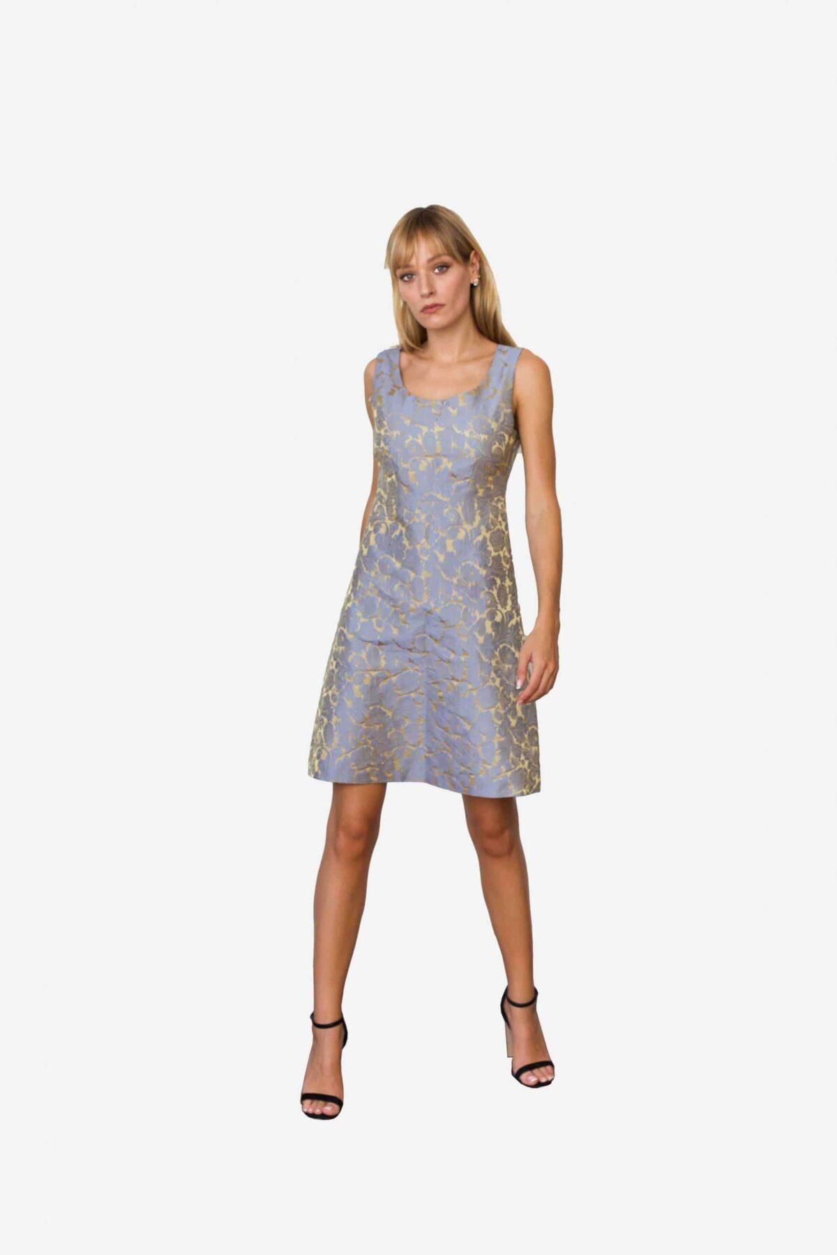 Kleid Madeleine von SANOGE. Exklusives Etuikleid aus blau goldenem Jacquard. Stoff aus Italien. Kleid hergestellt in Deutschland.