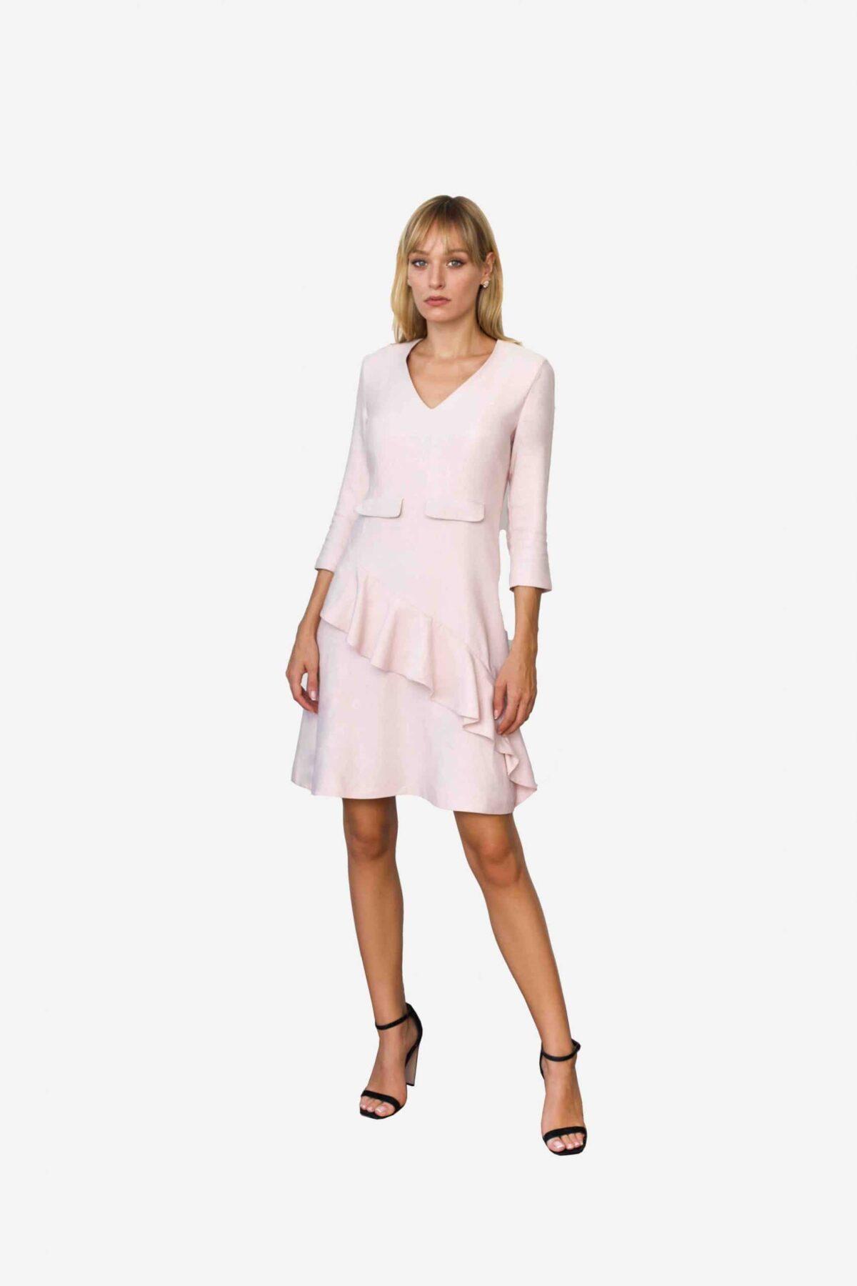 Kleid Jane von SANOGE. Rose Etuikleid mit Volant und V Ausschnitt und 3/4 Arm. Knielang. Mit Patten.