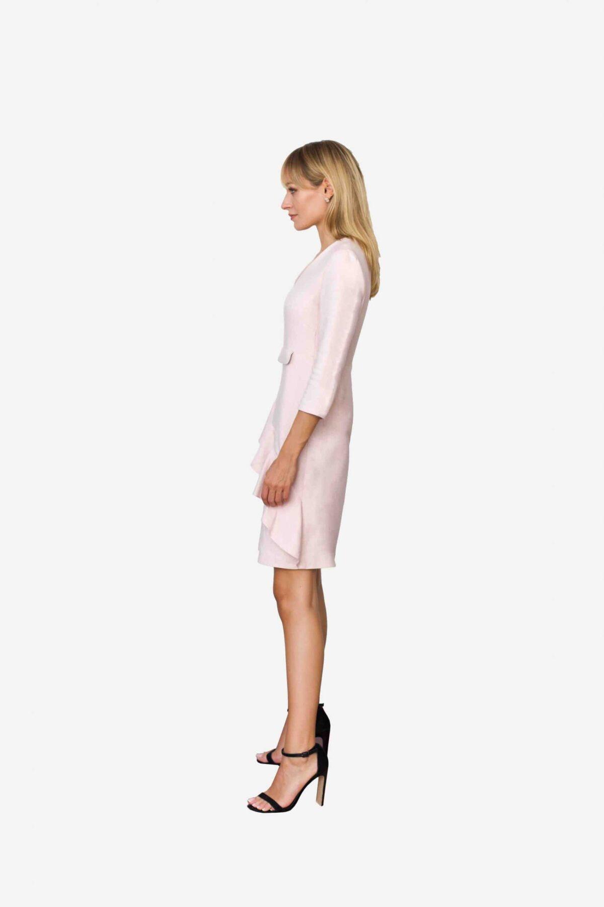 Kleid Jane von SANOGE. Rose Etuikleid mit Volant und V Ausschnitt und 3/4 Arm. Knielang.