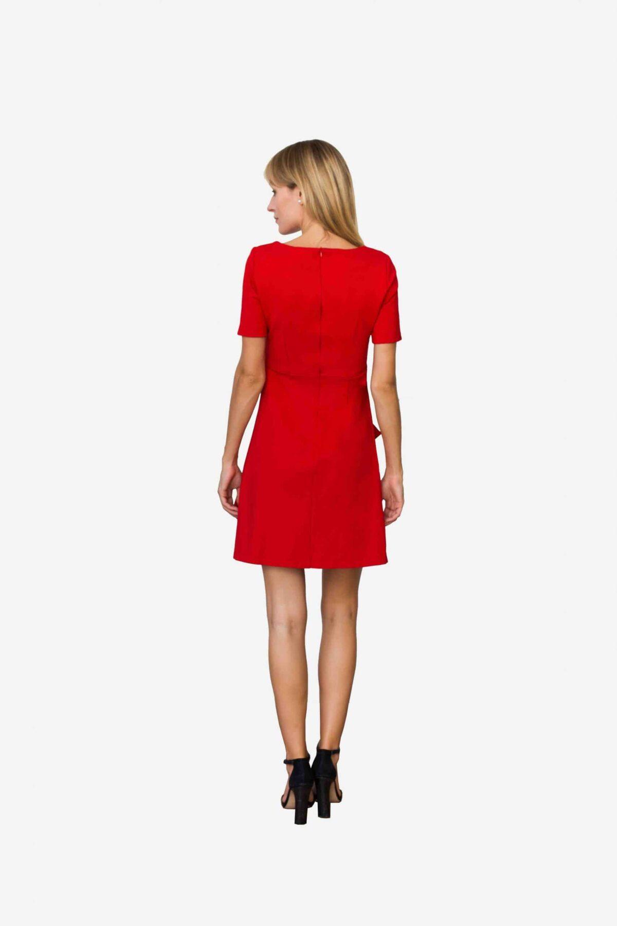 Kleid Loretta von SANOGE. Feminines Etuikleid in rot mit Volant und kurzem Arm. Knielang. Aus rotem Premium Jersey. Nachhaltige Mode.
