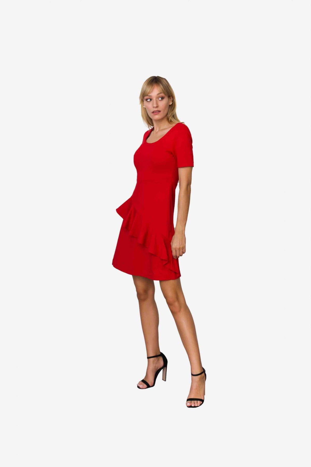 Kleid Loretta von SANOGE. Feminines Etuikleid in rot mit Volant und kurzem Arm. Knielang. Aus rotem Premium Jersey.