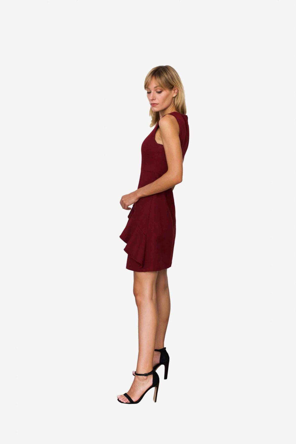 Kleid Nannette von SANOGE. Elegantes Etuikleid in weinrot mit Volant. Ärmellos. Slim Fit.
