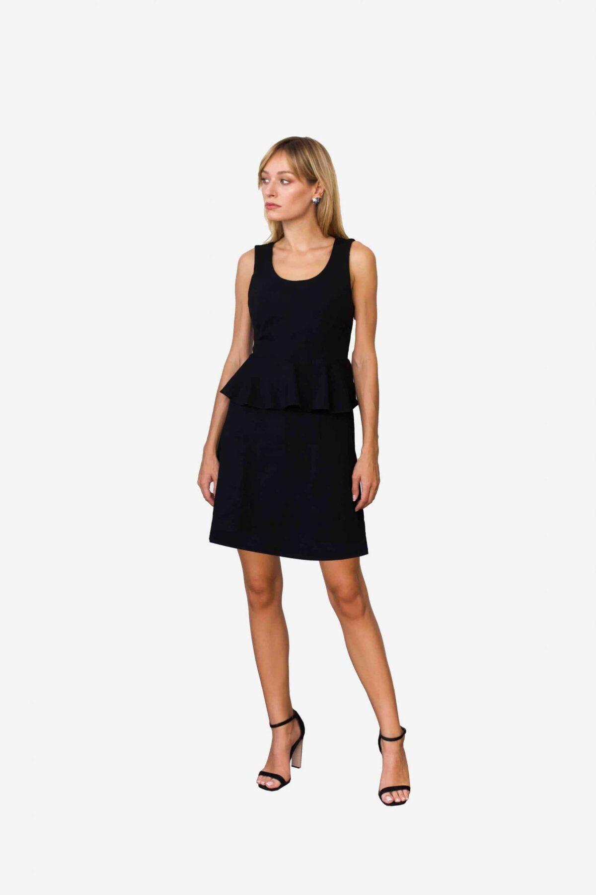Kleid Sarah von SANOGE - ärmelloses Etuikleid mit Volant aus tiefschwarzem Premium Jersey