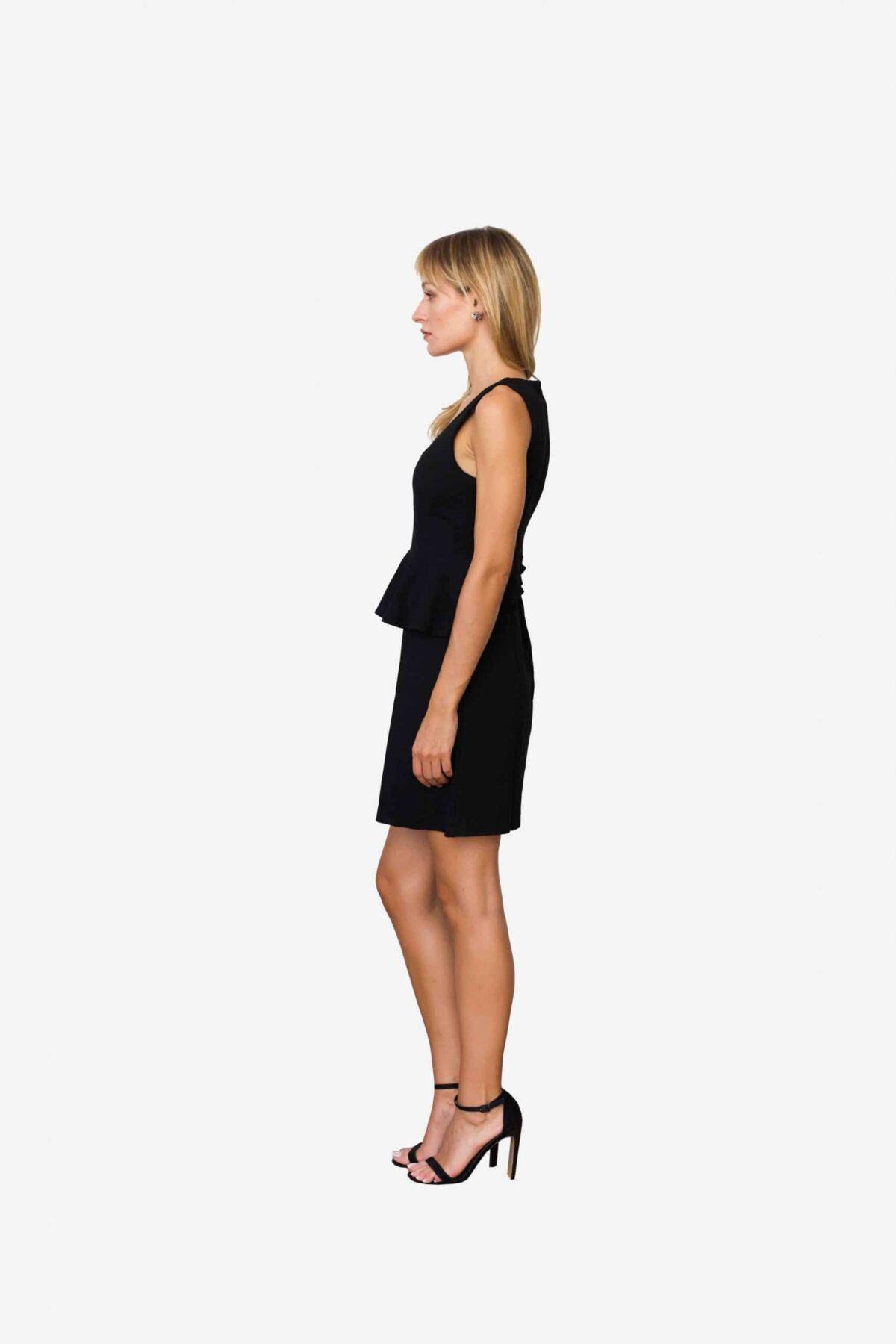 Kleid Sarah von SANOGE. Elegantes Kleines Schwarzes, stylisch und sexy zugleich, von Deutschem Designer Label. aus schwarzem Premium Jersey. Figurbetont. Mit Volant.