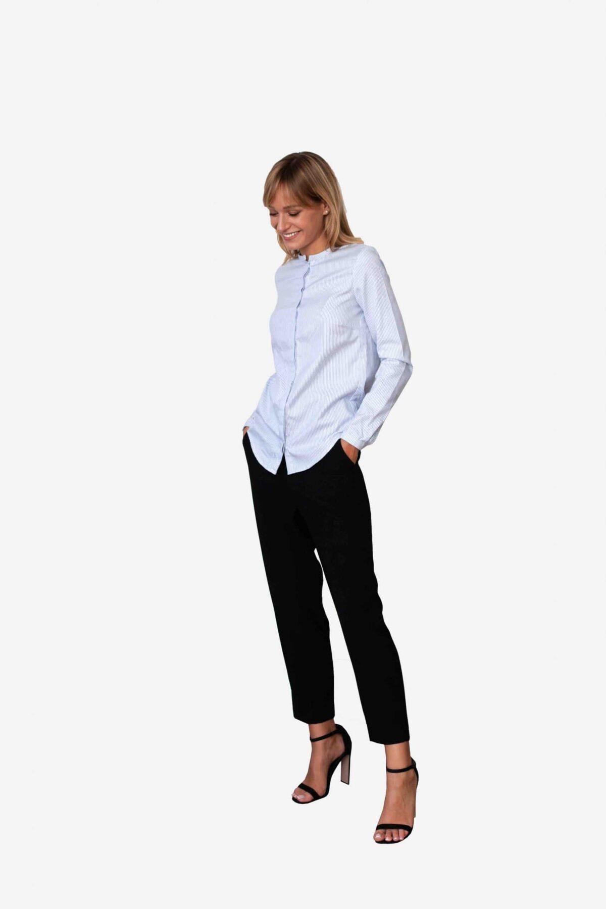 Bluse Estelle von SANOGE. Blau weiß gestreifte Bluse mit Stehkragen und schmaler Manschette. Slim Fit, figurbetont.